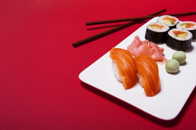Sushi z wasabi i imbirem