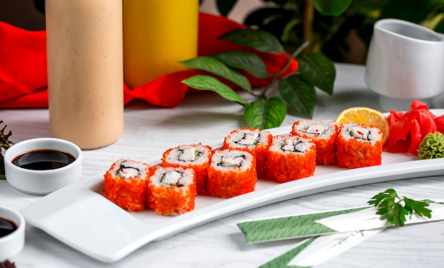 Sushi ze świeżą rybą z czerwonym kawiorem na stole 1