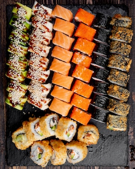 Sushi zestaw gorących bułek z awokado w kalifornii i roladek z łososia