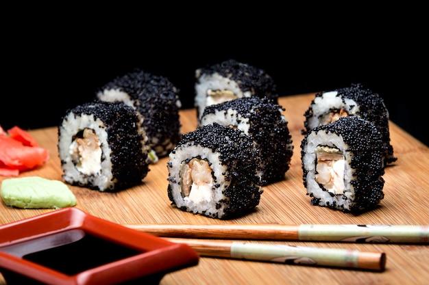 Sushi zuko maki z ogórkiem z krewetkami i czarnym kawiorem masago