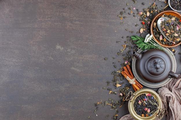 Susi herbaciani liście na stole na starym tle