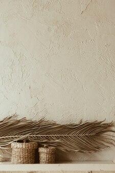 Susz gałązkę palmy i ratanowe trumny na betonowej ścianie