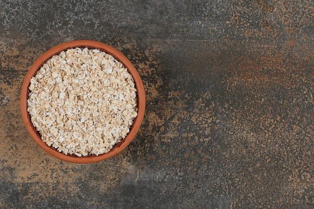 Susz płatki owsiane w ceramicznej misce.