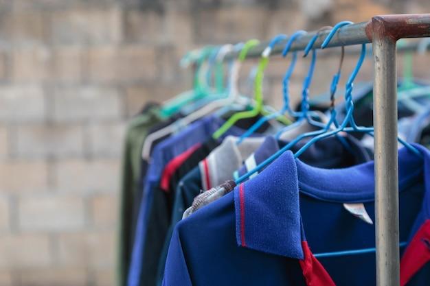 Susz ubrania w jasnych kolorach na słońcu.