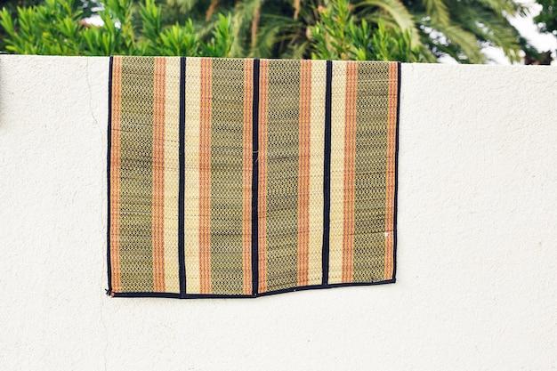 Suszenie dywanów na słońcu we wsi.