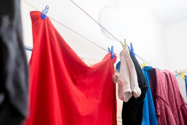 Suszenie ubrań wiszących w praniu, wieszanych po praniu