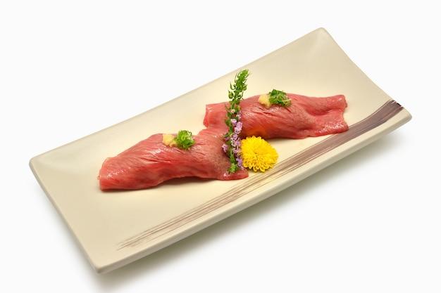 Suszi wagyu na talerza japońskim stylu na whtie tle