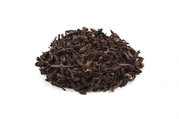 Suszona herbata wlała szkiełko na białym tle. jest izolowany.