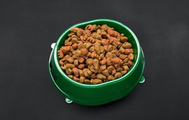 Suszona karma dla psów i kotów.