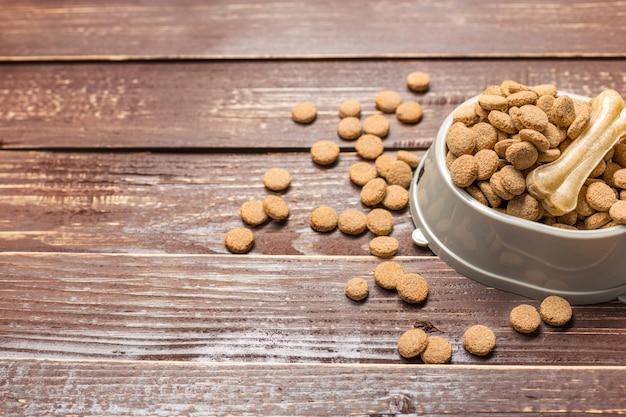 Suszona karma dla psów lub kotów,