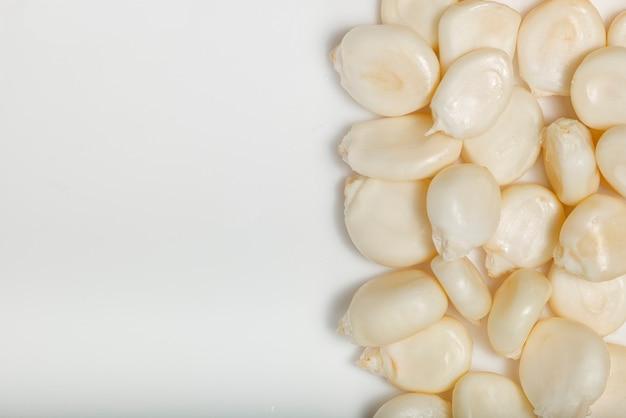 Suszona kukurydza mote na białym tle. widok z góry. fotografia makro.