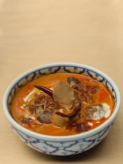 Suszona wołowina z curry na mleku kokosowym. (autentyczne tajskie jedzenie)