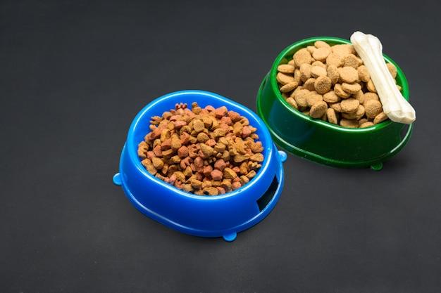 Suszona żywność dla psów lub kotów.