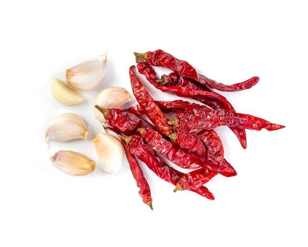 Suszone chili z czosnkiem na białym tle.