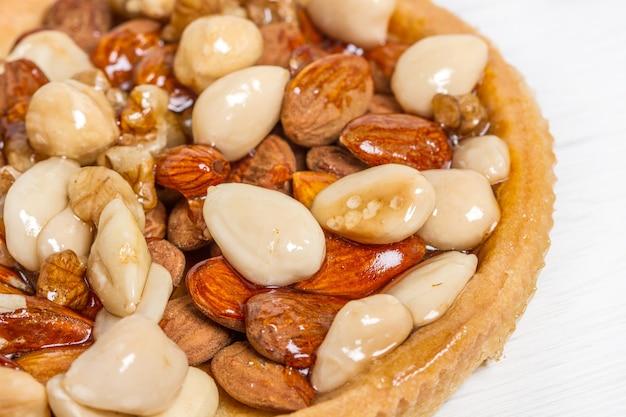 Suszone ciasto owocowe z migdałami, orzechami i orzechami laskowymi