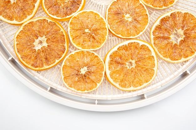 Suszone Cytrusy Cytrynowe Na Białym Tle. Witaminy Owocowe Premium Zdjęcia