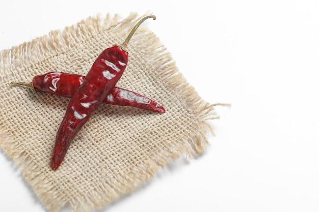 Suszone czerwone chilli na białej powierzchni