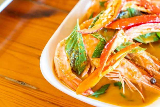 Suszone czerwone curry smażone z krewetkami