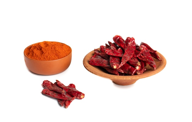Suszone czerwone papryczki chili z chili w proszku na białym tle