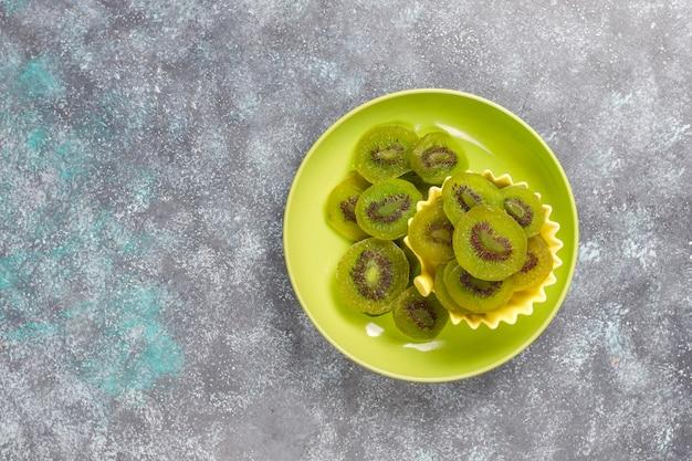 Suszone domowe kiwi ze świeżym kiwi.