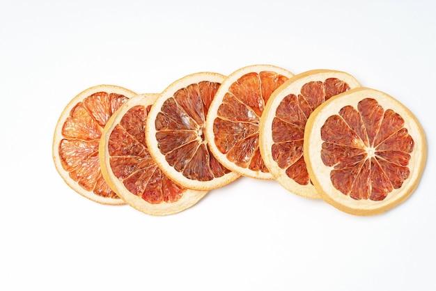Suszone Grejpfruty Na Białym Tle, Pomarańczowy Plasterki Owoców Cytrusowych. Premium Zdjęcia