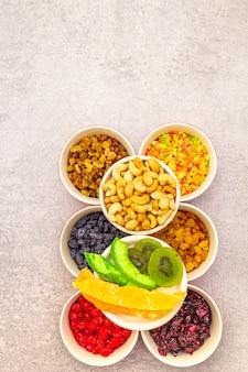 Suszone i kandyzowane owoce i orzechy nerkowca w ceramicznych misach
