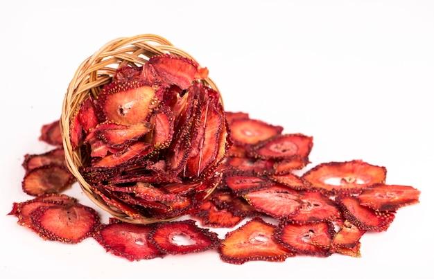 Suszone jagody truskawkowe, chipsy truskawkowe na białym tle