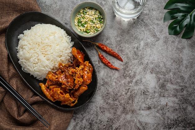 Suszone kalmary zapiekane w sosie słodko-kwaśnym asian seafood concept.