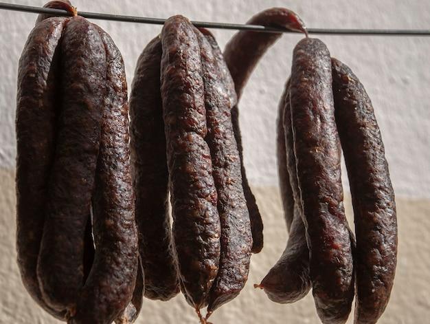 Suszone kiełbaski merguez czerwona pikantna baranina lub świeża kiełbasa na bazie wołowiny merguez
