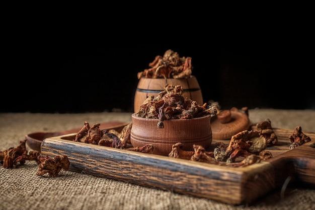 """Suszone kurki (canthară """"â"""" llus cibă """"â rius), na drewnianej desce, na szorstkiej tkanej powierzchni, płótno"""