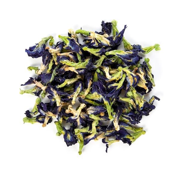 Suszone kwiaty grochu motyla na białym tle. niebieska herbata ziołowa. widok z góry.