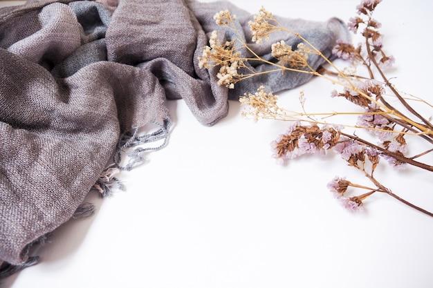 Suszone kwiaty i szmatką tło dla projektu