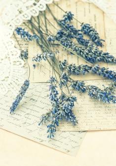 Suszone kwiaty lawendy, koronki i stare listy miłosne. nostalgia. stonowany obraz w stylu retro. selektywne skupienie