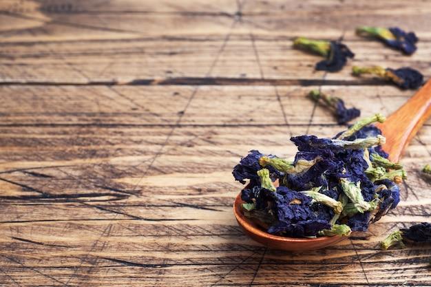 Suszone kwiaty tajska niebieska herbata anchan z pąków klitoria ternate.