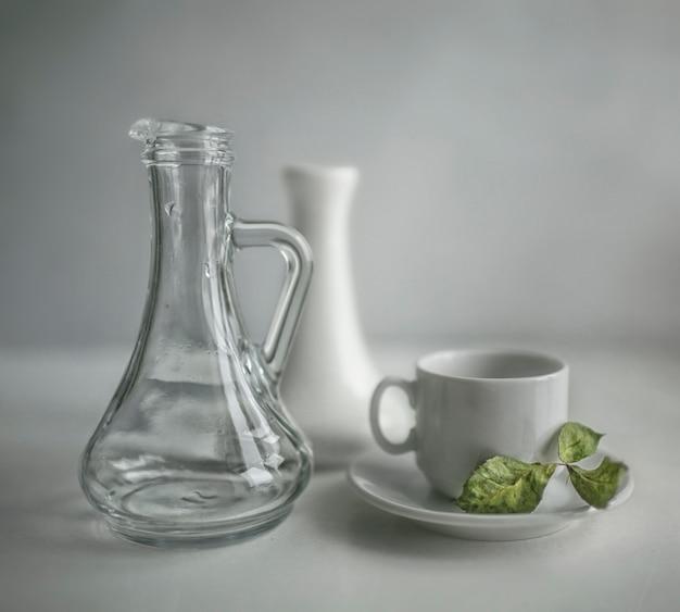 Suszone liście jabłoni, leżące na spodku do herbaty obok karafek