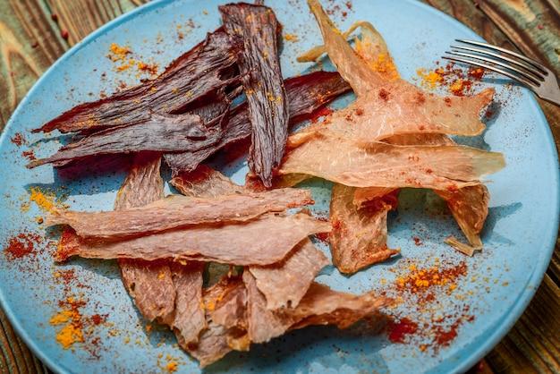 Suszone mięso na talerzu zdrowe i smaczne jedzenie.
