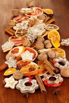 Suszone owoce cytrusowe, przyprawy i ciasteczka na drewnianym stole z bliska