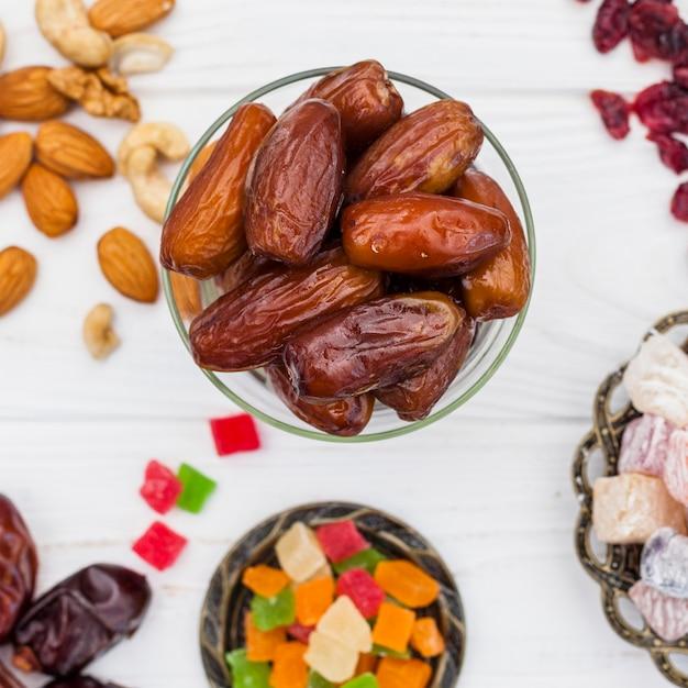 Suszone owoce daty w misce z różnymi słodyczami