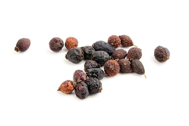 Suszone owoce dzikiej róży herbata ziołowa na białym tle