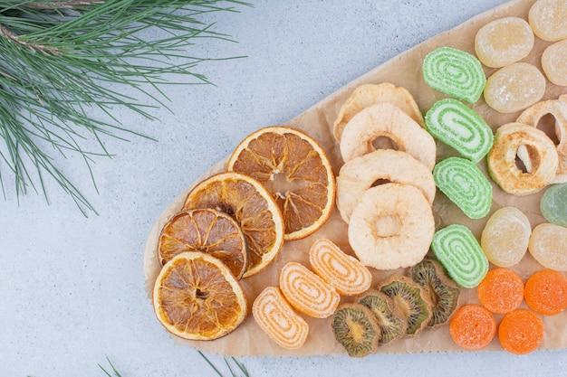 Suszone owoce i cukierki marmolady na desce.