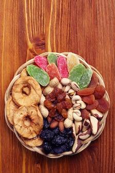 Suszone owoce i orzechy na drewnianym stole. widok z góry