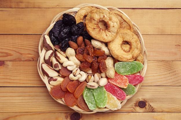 Suszone owoce i orzechy na naturalnym drewnianym tle