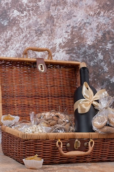 Suszone owoce i orzechy pakowane w woreczki foliowe z drewnianą torebką.