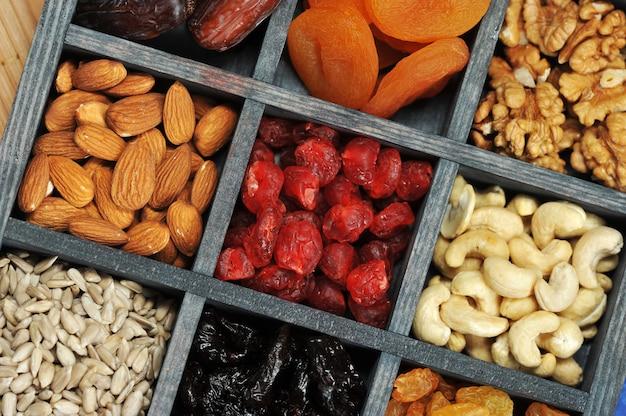 Suszone owoce i orzechy w drewnianym pudełku
