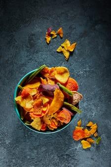Suszone owoce i zdrowe chipsy warzywne