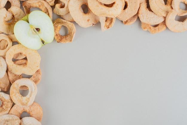Suszone owoce jabłka z plasterkiem świeżego jabłka.