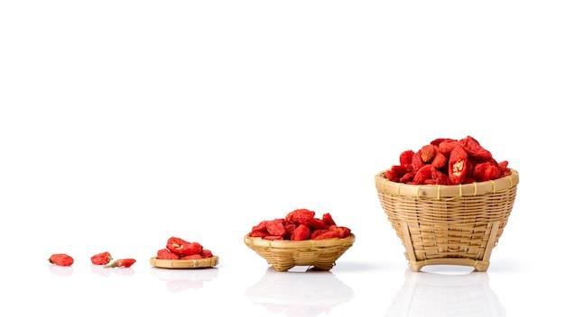 Suszone owoce jagody goji na białym tle.