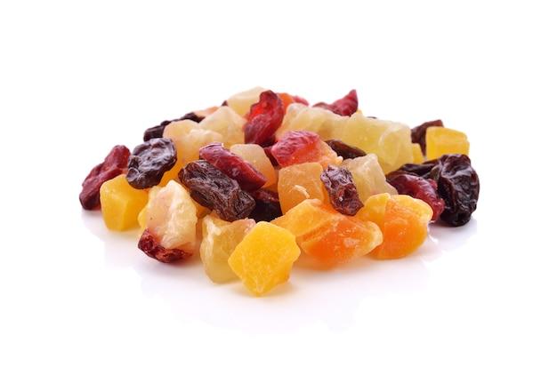 Suszone owoce, jagody i nasiona na białym tle.