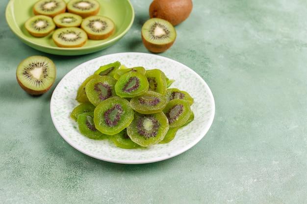 Suszone owoce kiwi domowej roboty ze świeżym kiwi.
