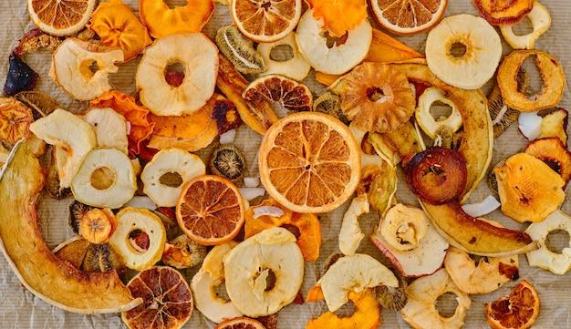 Suszone owoce mieszane na ścianie papieru, widok z góry. pomysł na śniadanie lub zdrową przekąskę. pojęcie zdrowego odżywiania lub ekstrakcji do żywności. leżał na płasko